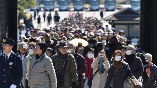 Tokyo'daki İmparatorluk Sarayı önünde ziyaretçiler - Sputnik Türkiye