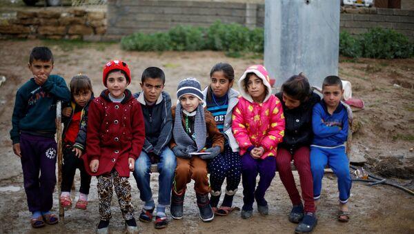 IŞİD'in Musullu bir aileye sattığı Ezidi çocuk Ayman (ortada) Duhok'ta ailesiyle yeniden bir araya geldi. - Sputnik Türkiye