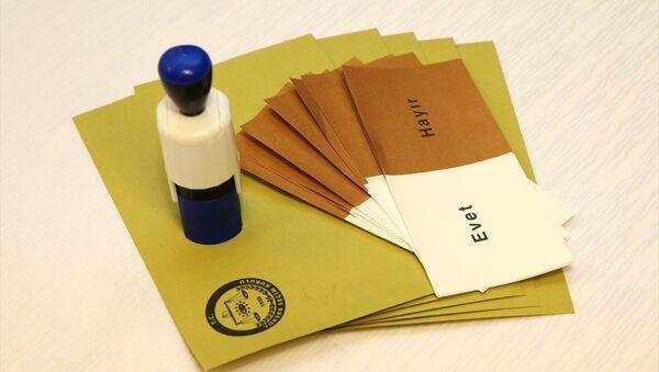 Yüksek Seçim Kurulu'nca (YSK) halk oylamasında kullanılmak üzere bastırılan oy pusulaları ve şeffaf sandıkların görüntüleri dün basınla paylaşıldı. - Sputnik Türkiye