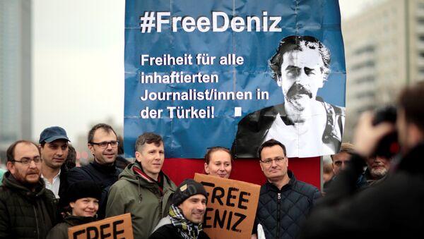 Die Welt muhabiri Deniz Yücel'in gözaltına alınması Berlin'de protesto edildi - Sputnik Türkiye