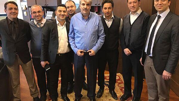 Orhan uzuner (ortada) - Sputnik Türkiye