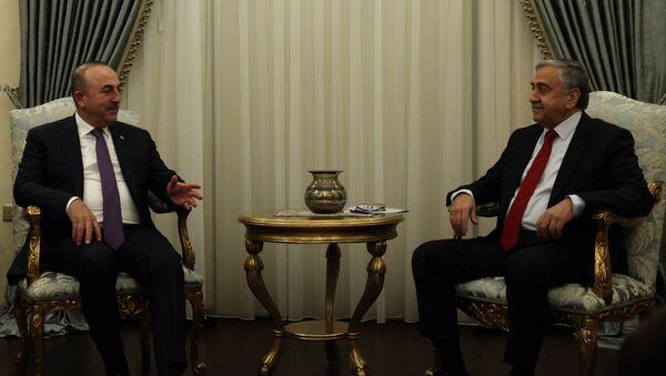 Kuzey Kıbrıs lideri Mustafa Akıncı ve Dışişleri Bakanı Mevlüt Çavuşoğlu - Sputnik Türkiye