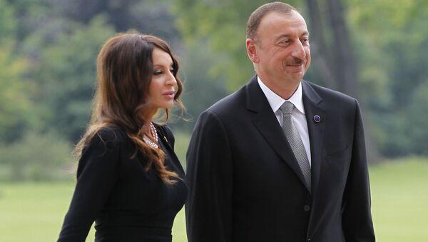 Azerbaycan Cumhurbaşkanı İlham Aliyev eşi Mehriban Aliyeva ile birlikte Londra'daki Buckingham Sarayı'nda. - Sputnik Türkiye