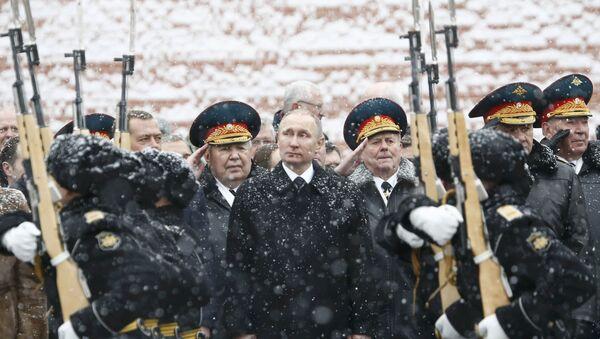 Vladimir Putin, Moskova'daki Vatan Savunucuları Günü kutlamalarına katıldı. - Sputnik Türkiye
