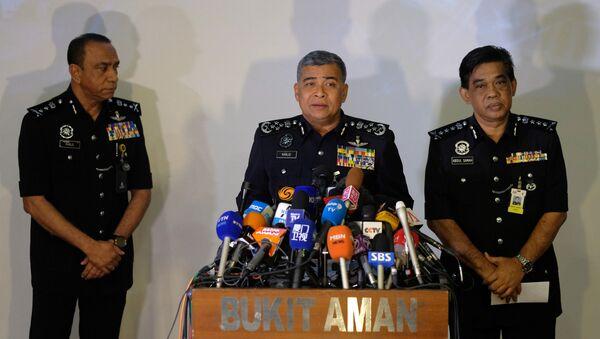 Malezya Emniyet Genel Müdürü Halit Ebubekir (ortada), Kim Jong-nam'ın suikastıyla ilgili basın açıklamasında - Sputnik Türkiye
