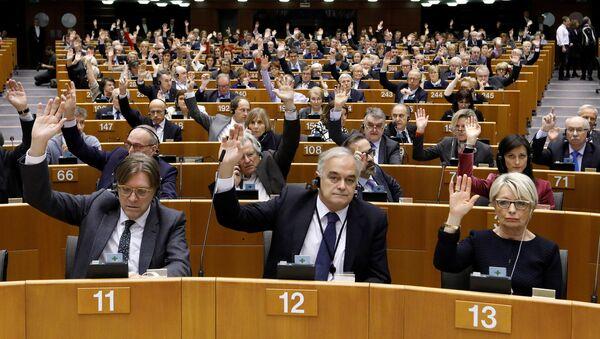 Avrupalı parlamenter oylama sırasında - Sputnik Türkiye