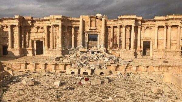 Palmira'daki amfi tiyatro sahnesinin bir kısmı teröristler tarafından yıkıldı. - Sputnik Türkiye