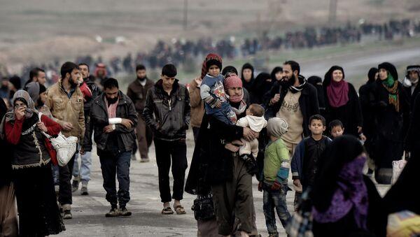 Irak'ın Musul kentinden kaçan siviller - Sputnik Türkiye