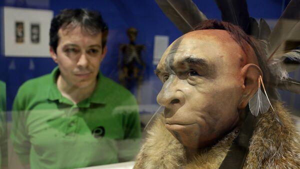 İspanya'daki bir müzede bulunan ve gerçeğine uygun hazırlanan Neandertal modelini inceleyen bir ziyaretçi - Sputnik Türkiye