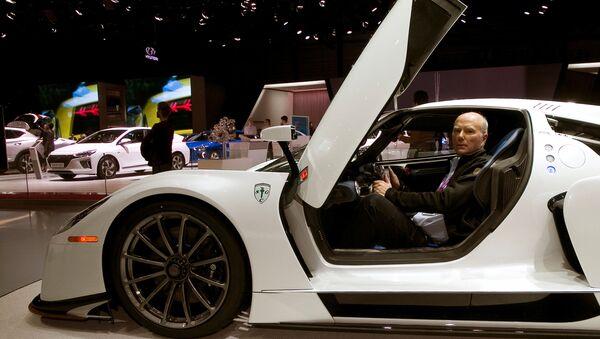 Araç koleksiyoncusu ve Scuderia Cameron Glickenhaus şirketinin başkanı James Glickenhaus, Cenevre'deki fuarda SCG 0003S spor arabasının yol versiyonunu sundu. - Sputnik Türkiye