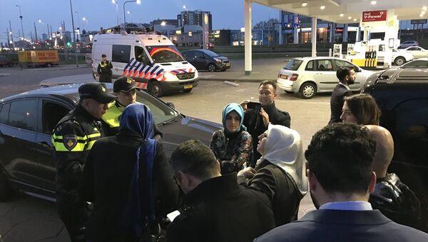 Aile ve Sosyal Politikalar Bakanı Fatma Betül Sayan Kaya'nın aracı durduruldu - Sputnik Türkiye