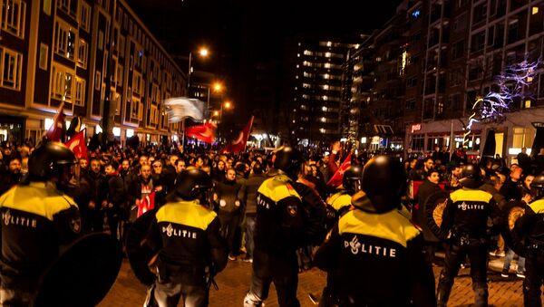 Hollanda polisi Türk eylemciler sert müdahale etti - Sputnik Türkiye