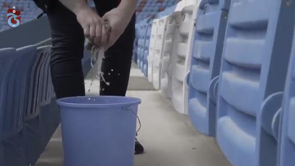 Trabzonsporlu taraftar, ceza olarak stat koltuklarını sildi - Sputnik Türkiye