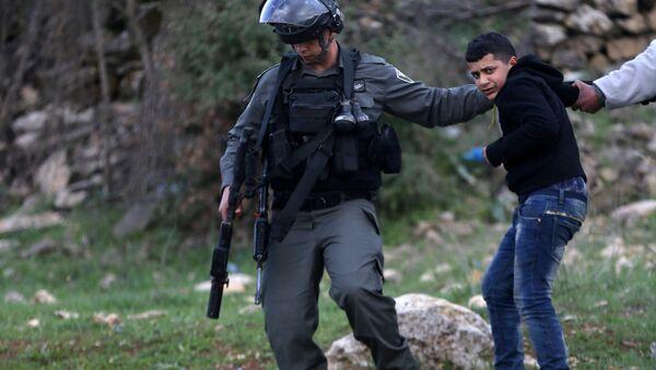 İsrail polisi Ramallah'ta göstericilere müdahale ediyor - Sputnik Türkiye