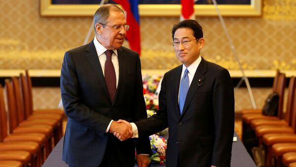 Rusya Dışişleri Bakanı Sergey Lavrov, Japonya Dışişleri Bakanı Fumio Kişida ile birlikte - Sputnik Türkiye