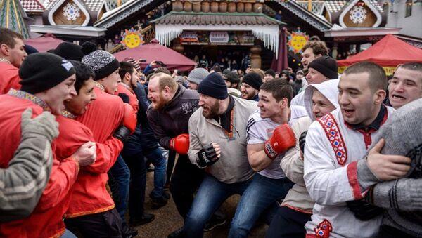 İzmaylovo Kültür Merkezi'ndeki Maslenitsa festivalinde düzenlenen geleneksel dövüş - Sputnik Türkiye