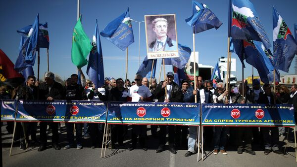 Türkiye'den Bulgaristan'a oy vermeye giden çifte vatandaşları protesto eden Bulgarlar - Sputnik Türkiye