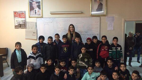Maryana Naumova Suriyeli çocuklarla - Sputnik Türkiye