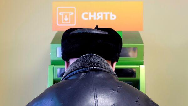 Stavropol'da Sberbank'a ait ATM'den para çeken bir kişi - Sputnik Türkiye