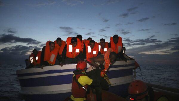 Libya açıklarında batan bottan kurtulan sığınmacı - Sputnik Türkiye