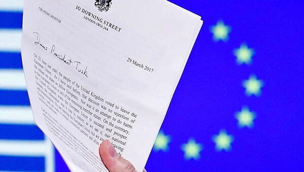 AB Konseyi Başkanı Donald Tusk, İngiltere Başbakanı Theresa May'in AB'den çıkış mektubunu elinde tutuyor. - Sputnik Türkiye