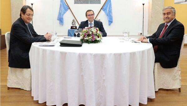 Kuzey Kıbrıs Cumhurbaşkanı Mustafa Akıncı ile Kıbrıs Cumhurbaşkanı Nikos Anastasiadis - Sputnik Türkiye