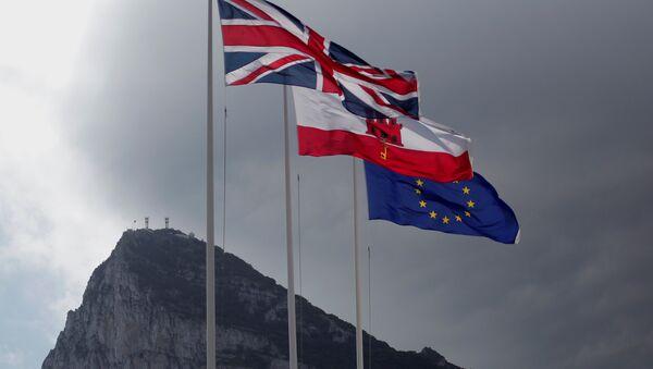 Cebelitarık'ta dalgalanan Birleşik Krallık, Cebelitarık ve AB bayrakları - Sputnik Türkiye