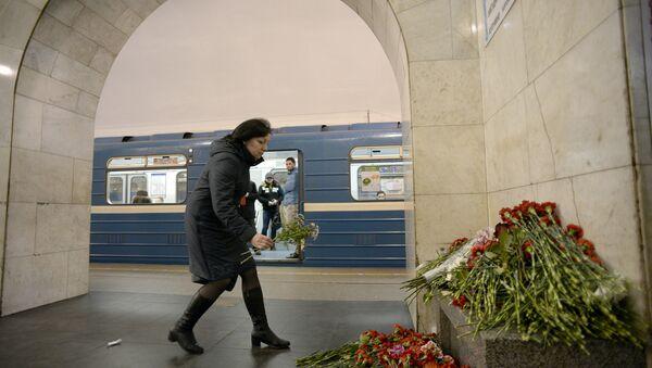 St. Petersburg'daki metro saldırısında ölenler çiçeklerle anılıyor - Sputnik Türkiye