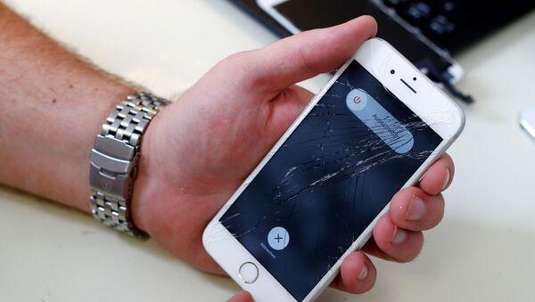 Ekranı çatlamış iPhone - Sputnik Türkiye