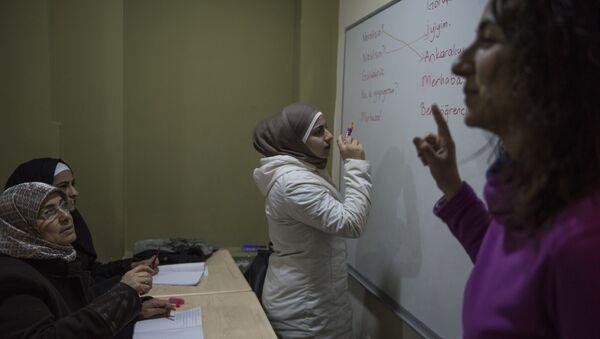 Derviş Baba Sosyal Dayanışma ve Yardımlaşma Derneği'nde Suriyeli kadınlar Türkçe öğreniyor - Sputnik Türkiye