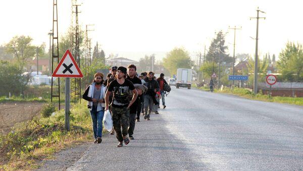 500 Suriyeli sığınmacı Torbalı'yı terk etti - Sputnik Türkiye