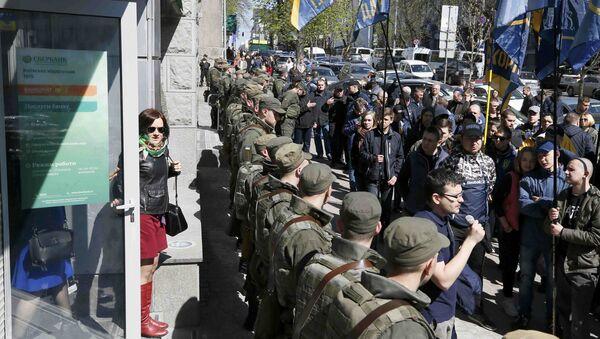 Ukrayna güvenlik güçleri Sberbank'ın Kiev'deki merkez ofisi önünde Ulusal Birlik partisi destekçilerine karşı önlem aldı - Sputnik Türkiye