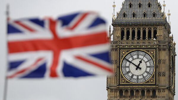 British Union flag waves in front of the Elizabeth Tower at Houses of Parliament containing the bell know as Big Ben in central London - Sputnik Türkiye