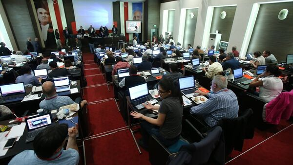 CHP'de, halk oylaması sonuçları Parti Meclisi (PM) salonunda oluşturulan Seçim Takip Merkezinden takip edildi. - Sputnik Türkiye