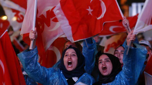 Referandumda 'Evet' kampanyasına destek verenler, Ankara'daki AK Parti Genel Merkezi'nde kutlamalara başladı. - Sputnik Türkiye