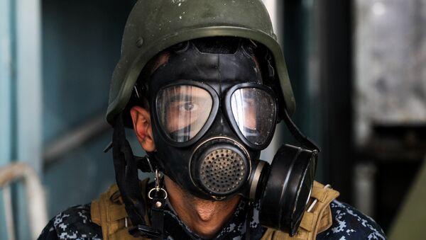 Musul'da bir Iraklı asker gaz maskesi takıyor - Sputnik Türkiye