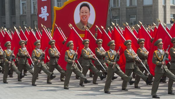 Pyongyang'daki resmi geçide katılan askerler. - Sputnik Türkiye