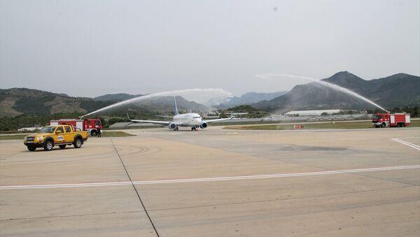 Havalimanına iniş yapan Boeing 737/800 tipi uçak, geleneksel havacılık seremonisi su takı ile karşılandı - Sputnik Türkiye