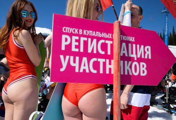 Genç kadınlar beş gün boyunca yarışmaya hazırlanıyor, fotoğraf ve video çekimleri için kamera karşısına geçiyor. - Sputnik Türkiye