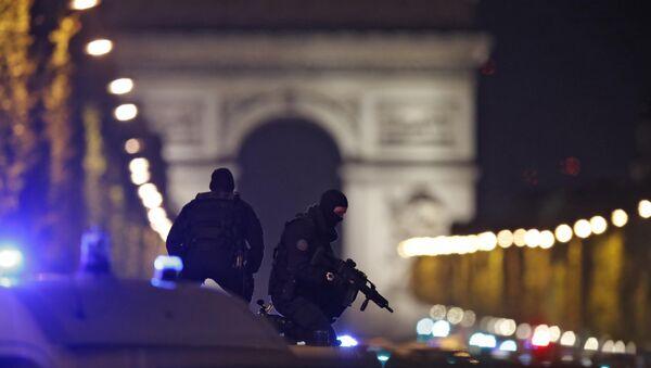 Fransa'nın başkenti Paris'in Champs Elysees Caddesi'ne silahlı saldırı sonrası devriye yapan polisler - Sputnik Türkiye