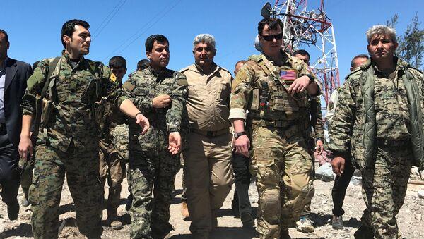 ABD'li komutan, YPG mensuplarıyla vurulan bölgede inceleme yapıyor - Sputnik Türkiye