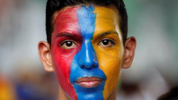 Venezüella'nın başkenti Caracas'ta Devlet Başkanı Maduro'yu protesto eden bir muhalefet destekçisi - Sputnik Türkiye