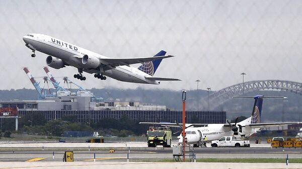 Самолет авиакомпании United Airlines на взлете - Sputnik Türkiye