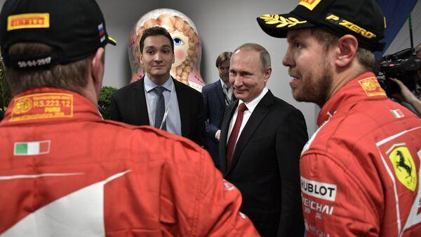 """Rusya Devlet Başkanı Vladimir Putin, Formula 1'de sezonun 4. ayağı Rusya Grand Prix'sinde ilk üç sıraya yerleşen pilotlar Valtteri Bottas, Sebastian Vettel ve Kimi Raikkonen'le ödül töreni sonrası kuliste bir araya geldi.  """"Formula 1 hayranları her geçen gün artıyor"""" diyen Putin """"Soçi'deki tüm oteller dolu"""" ifadelerini kullandı. - Sputnik Türkiye"""