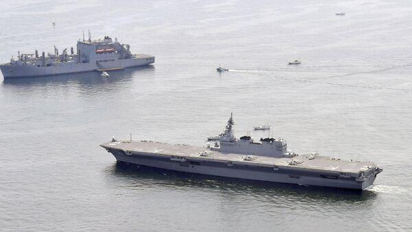 Japonya'nın en büyük savaş gemisi İzumo (sağda) ve ABD'nin bölgeye gönderdiği ikmal gemisi (solda) - Sputnik Türkiye