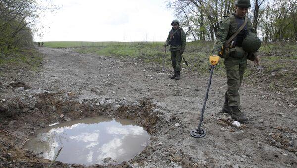 Ukrayna'dan tek taraflı bağımsızlık ilan eden Lugansk Halk Cumhuriyeti milisleri patlayıcı arama görevinde - Sputnik Türkiye