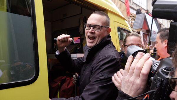 Belçika Emek Partisi (PTB) Sözcüsü Raoul Hedebouw, ambulansa bindiriliyor - Sputnik Türkiye