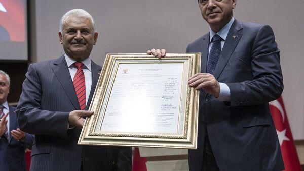 Cumhurbaşkanı Erdoğan, parti genel merkezinde üyelik beyannamesini imzalayarak AK Parti'ye üye oldu. - Sputnik Türkiye