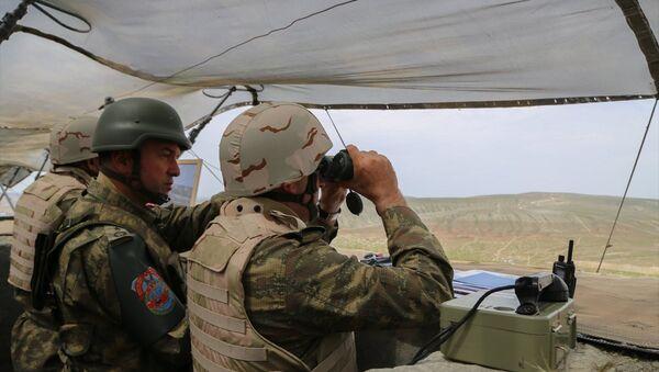 Türkiye ve Azerbaycan'ın ortak tatbikatında, top ve hava saldırısının ardından tank ve zırhlı araçlar düşman hedeflerine doğru atışlar yaparak atağa geçti. - Sputnik Türkiye