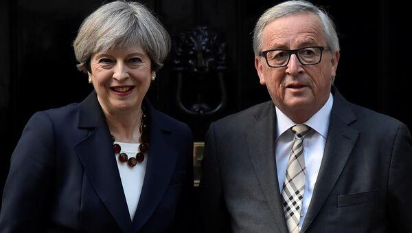 İngiltere Başbakanı Theresa May ve AB Komisyonu Başkanı Jean-Claude Juncker - Sputnik Türkiye